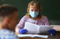 Учителей школ в России обяжут носить медицинские маски с 1 сентября