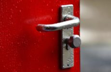 Мы не сможем заразиться коронавирусом от дверных ручек