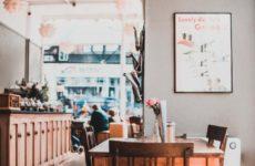 Для защиты от COVID-19 рестораны и кафе нужно чаще проветривать.