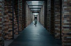 Почему сейчас опасно ходить по узким коридорам