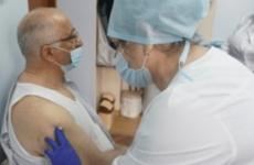 Пульмонолог Дагестана прошёл вакцинацию против COVID-19