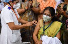 Жителям Индии остро не хватает вакцин