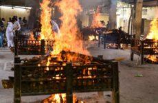 Индийскую женщину с ковидом чуть не кремировали заживо